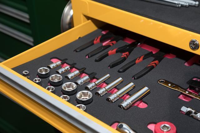画像: 工具セットは専用の収納トレイ付き。黒とピンクの二重構造で工具の有無が一目瞭然。
