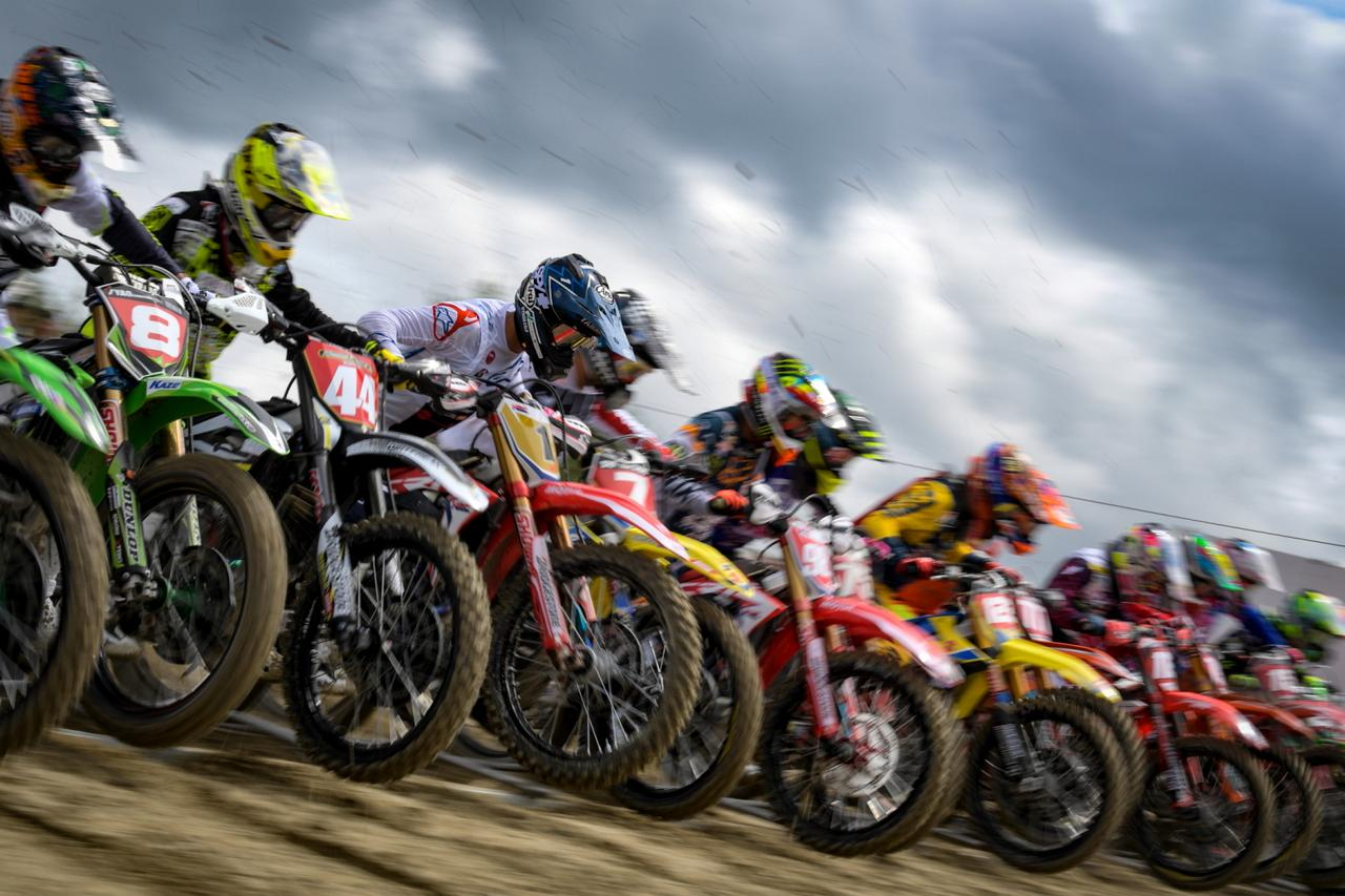 画像1: 2輪、4輪モータースポーツシーンの中から選りすぐった作品を展示