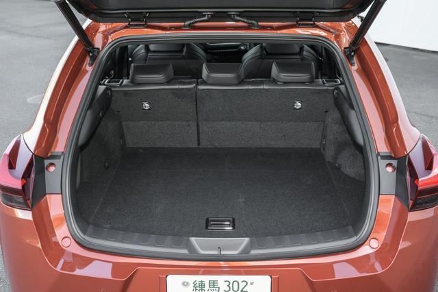 画像: ハイブリッドもガソリン車と同じ220Lのラゲッジルーム容量を確保、さらに後席を倒せば995Lに拡大。
