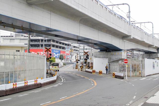 画像: 高架化が完了した相鉄線 星川駅近くの踏切。もちろん、これは一時的なものでまもなく撤去された。