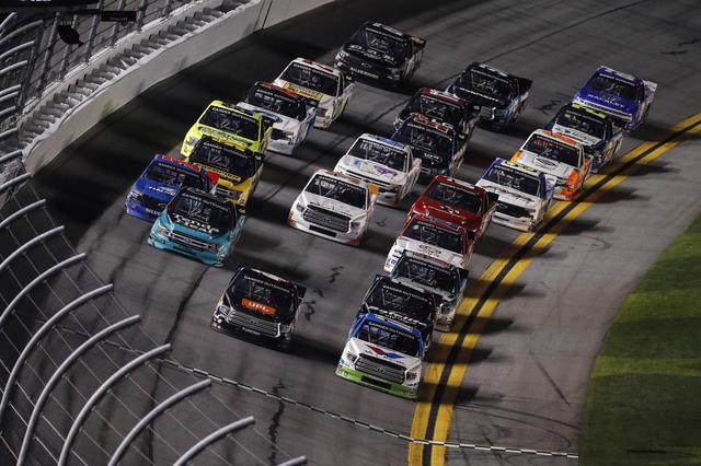 画像: NASCARガンダー・アウトドアズ・トラック・シリーズ第1戦「NextEra Energy Resources 250」。先頭を走るゼッケン16 オースティン・ヒル(トヨタ タンドラ)がトップでフィニッシュ。