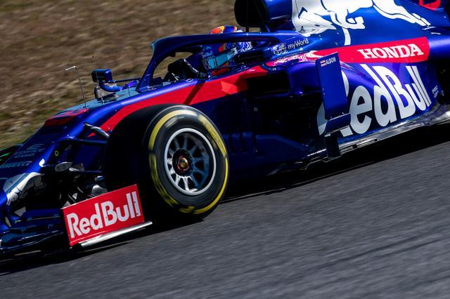 画像: レースの行方に大きな影響を与えるタイヤ。バルセロナのテストでも各チームはいかにその性能を使うかに腐心、ピレリもいかに安定した性能を発揮するか開発を続けている。
