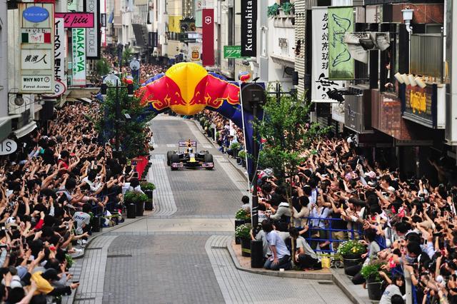 画像: 2011年6月、横浜・元町で行われたショーランの様子。ギャラリーの数がスゴい!
