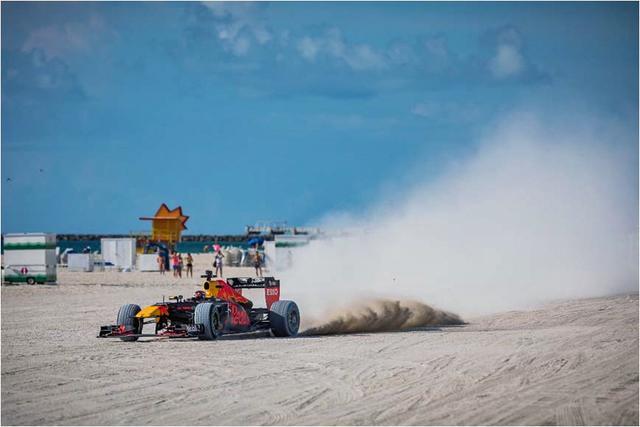 画像: マイアミ・ビーチで行われたショーランの様子。日本でも江ノ島あたりで…無理かな。