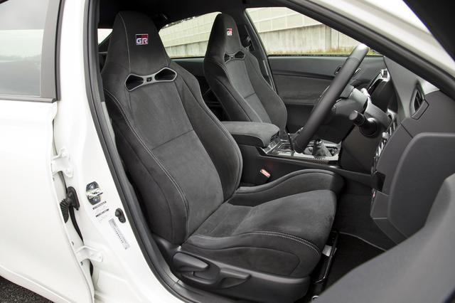 画像: GRロゴの入ったウルトラスエード表皮のヘッドレスト一体型スポーツシートを装備。