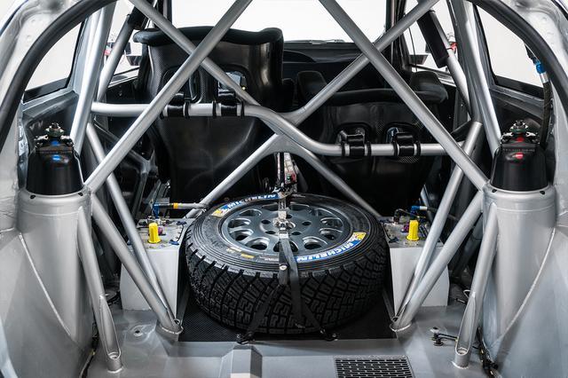 画像: 競技中に故障やアクシデントが発生した場合、ドライバーとコ・ドライバーが自らのマシンを修理しなければならないため、工具、スペアタイヤ、消火器などの搭載が義務づけられている。