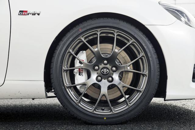 画像: 19インチのBBS製鍛造アルミホイールに前後異径のポテンザRE050Aを装着。ブレーキはホワイト塗装のGR専用キャリパー(前対向4ポット)にスポーツパッドを組み合わせる。