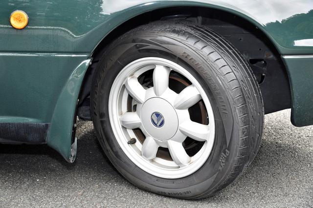 画像: 試乗車のブリヂストンSF325185/60R14は、2017年にレストア用に復刻されたタイヤ。こうしたものが出るのもロードスターならでは。