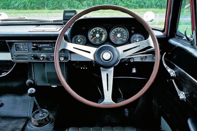 画像: 丸形メーターにナルディタイプの3スポークハンドル、ブラック内装と、競技車両を意識したスパルタンな印象に仕上げられていた。