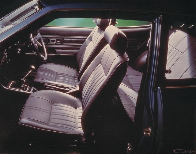 画像: 「フルアジャストシステム」を採用。これはチルトハンドル/上下のチルトシート、前後のシートスライド、ランバーサポート、フルリクライニングで、快適なポジションが取れるシステム。