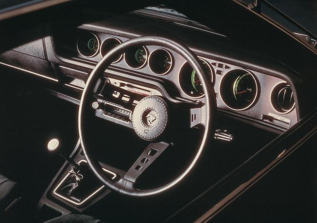 画像: 5速MTモデル。運転席中心のワイドコックピットタイプの計器盤に見やすく配列された 6 連式メーターが美しい。