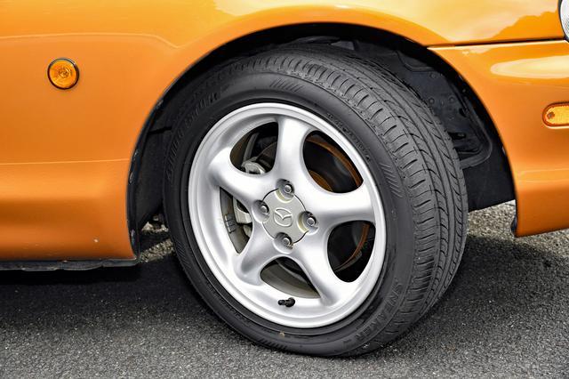 画像: 1.8Lは195/50R15サイズのタイヤとアルミホイールが標準仕様。1.6Lは初代同様に、185/60R14タイヤにアルミホイールを組み合わせる。