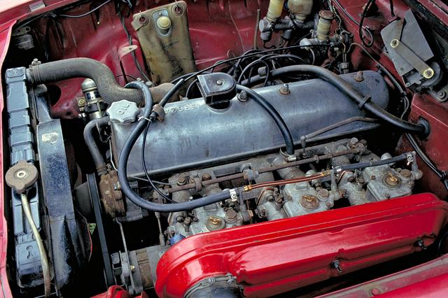 画像: 車体前部を200mm延ばし、グロリア スーパー6用G7型直6にウエーバー製キャブレターを3連装して搭載。直線の速さは国産随一だった。