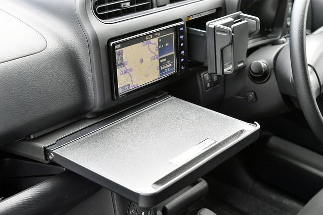 画像: インパネ下部には引き出し式のテーブルも備え、車内で食事も可能にしている。