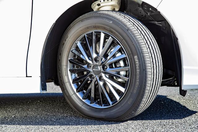 画像: 205/60R16タイヤとアルミホイールを標準装備。ガソリン車はダーククリア塗装の17インチ アルミホイールとなる。