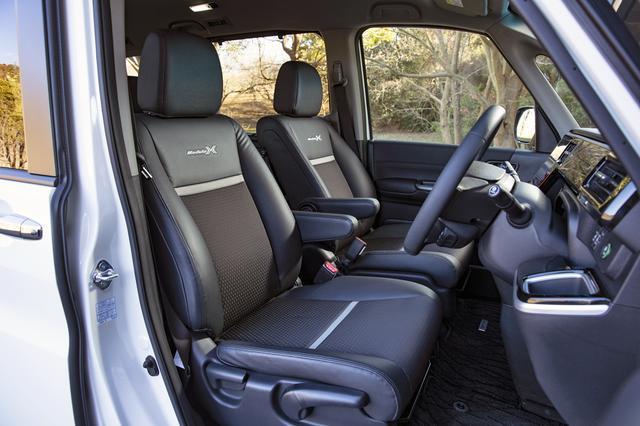 画像: 表皮にプライムスムース×ソフトウィーブを使った専用ブラックコンビシート。ハイブリッド車の2列目はキャプテンシートのみの設定。