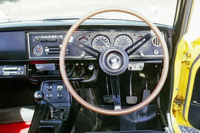 画像: 200km/hスケールの速度計と7000rpmからレッドゾーンの回転計をドライバーの正面に配置する。