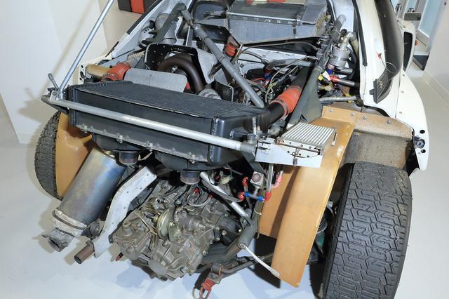 画像: KKK製ターボを装着した3S-GTE改エンジンは、グループB規定で500ps以上を発揮した。縦置きミッドシップ搭載されるエンジン本体は、補器類などでほとんど見えない。