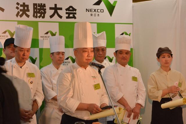 画像: グランプリに選ばれた喜びを語る友部SA(上り)の料理長