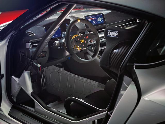 画像: コクピットはレーシングカーそのもの。出展車は左ハンドルのようだ。