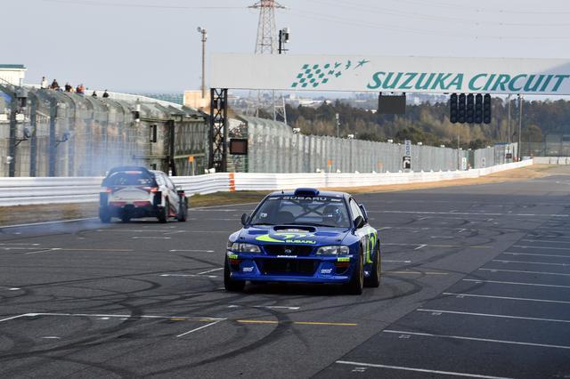 画像: 新井敏弘のインプレッサ WRC 98もストレートを全開で駆け抜ける
