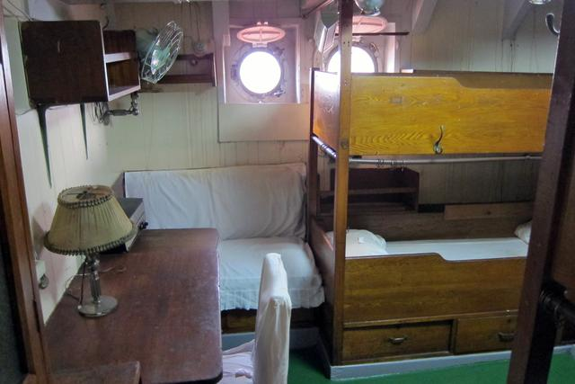 画像: 士官の寝室でも、部屋もベッドも狭い。閉所恐怖症の人は耐えられないかも…。