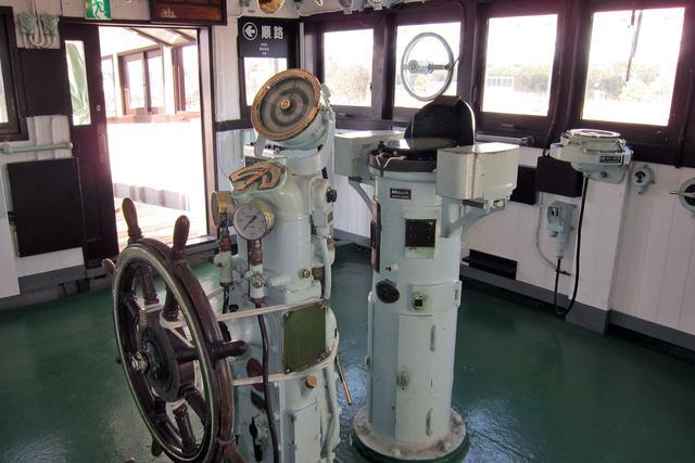 画像: 操舵室は中に入ることができる。さまざまな計器を見ると、その古さに時代を感じてしまう。