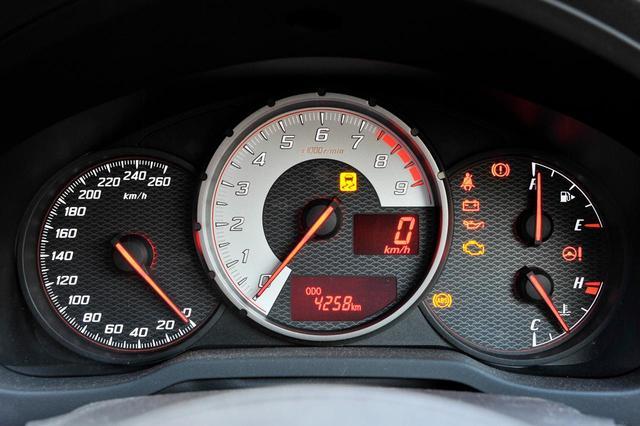 画像: トヨタ86のFA20エンジンは7000rpmで最高出力を発生。メーターのレッドゾーンは7400rpm付近から始まる。