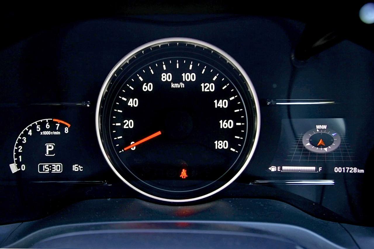 画像: 左のタコメーターと右のインフォメーションディスプレイはモニターだが、中央は実際のスピードメーター。