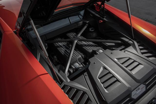 画像: エンジンは最高出力640ps、最大トルク600Nmの5.2Lの自然吸気V10。