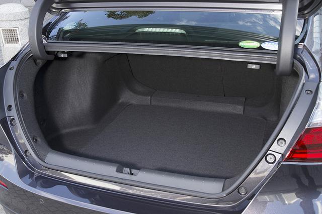 画像: バッテリーを後席下に配置することでトランク容量は519Lを確保。さらに後席は40:60分割可倒式。