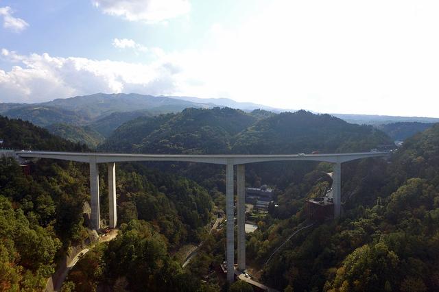画像: 鷲見橋の全景。中央の橋脚高が125mで新たに日本一となった。