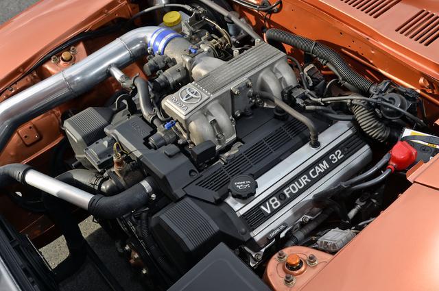 画像: 1UZエンジン本体はノーマルのままだが吸排気効率を高めるためスポーツクリーナーとオリジナルのステンレスマフラーを装備。