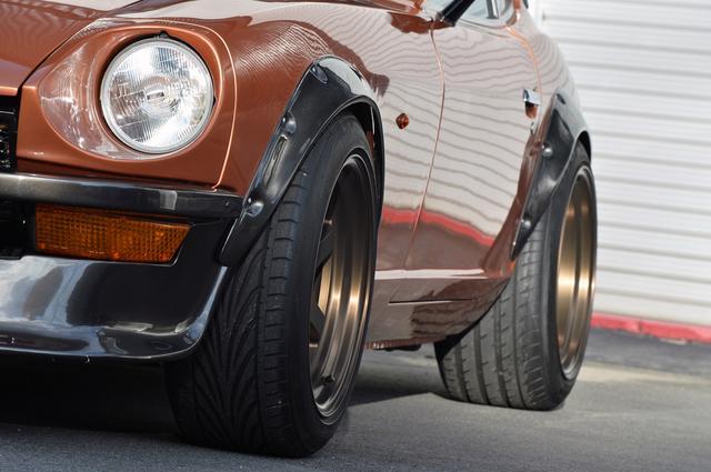 画像: 車高調整式のオリジナルサスペンションも装着。前後のオーバーフェンダーが勇ましい。