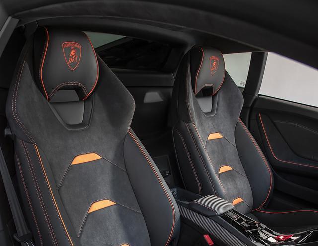 画像: 座面アレンジが異なるがシート形状はウラカンRWD系と同じ。ペルフォルマンテほどハードではない。
