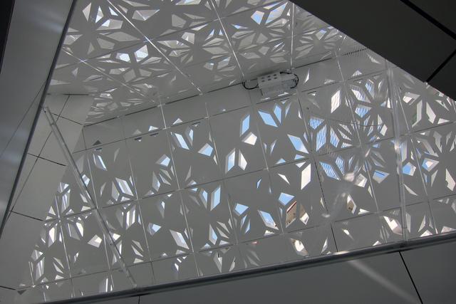 画像: EQハウス内部からルーフを見る。ハウス全体は約1200枚のパネルで構成されている。