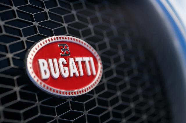 画像: 純銀製だというブガッティのエンブレム、「マカロン」バッジ。