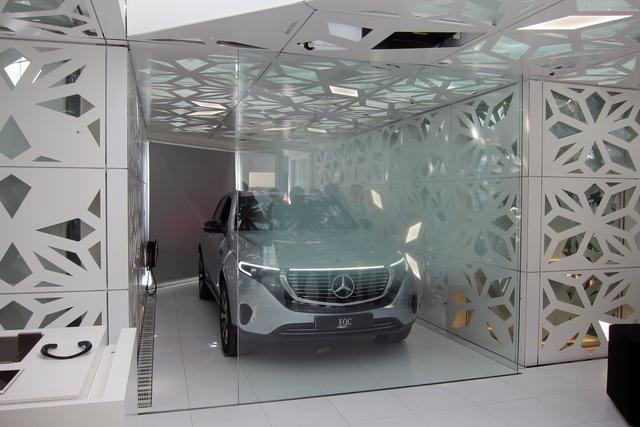 画像: EQハウスの内部。EQCの前のガラスが情報を表示するインターフェース。