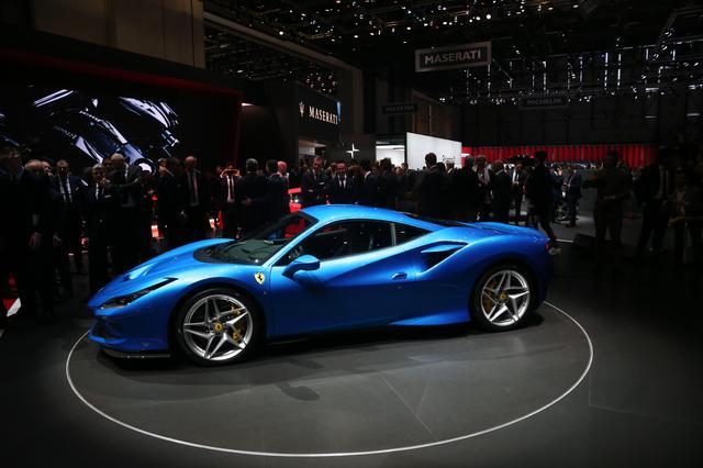 画像: 2019年のジュネーブオートサロンで発表されたフェラーリ F8トリビュート。フロントのグリル下から取り入れたエアをボンネットから排出するS-DuctはF1由来のデザイン。
