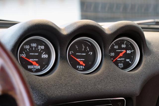 画像: 速度計は純正だが、タコメーターやダッシュ中央の3連メーターはAutometer製に変更されている。