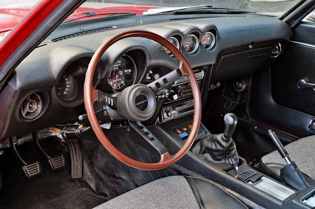 画像: ベース車両はS30前期のタイプで、インパネは基本的には純正のまま。ウッド風ステアリングは輸出仕様のもので、シフトノブやステレオが社外品に変更されている。