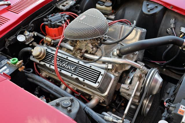画像: シボレー製の5.7L V8エンジンはコルベット用などのハイチューン版。さらにエーデルブロック製のパフォーマンスキットが組み込まれ、高回転型ヘッドと専用マニホールドを使ったビッグキャブレターをセットしている。