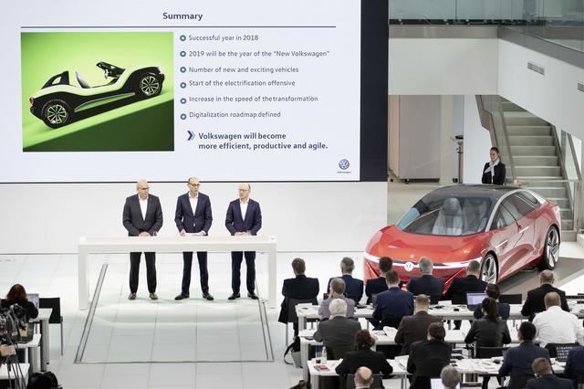 画像: 新世代EVのフォルクスワーゲン アイディとともに、今後10年間の電気自動車生産計画を発表するフォルクスワーゲン首脳。