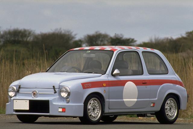 画像: タイヤは前後異サイズのピレリP600。ビタローニ製のクロームミラーも装着。