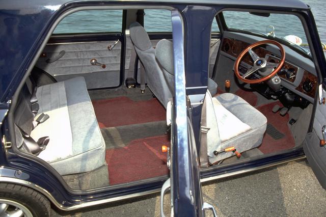 画像: シートはノーマルのままだが、ご覧のように後席のフットスペースはタップリ余裕がある。