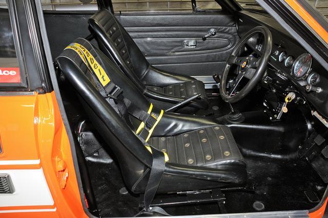 画像: ヘッドレストのないバケットシートが時代を感じさせる。4点式シートベルトはサベルト製。