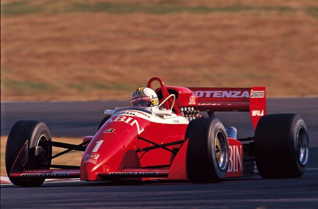 画像: 星野はシーズン終盤まで亜久里と数ポイントを争い、優勝3回、 2位2回、3位2回で、ポイント数では亜久里を上回るも、有効ポイントで亜久里が勝り、シリーズ2位に。しかし、2年続けてのトップ・フォーミュラでの強さをアピールした。(1988年11月27日F3000 Rd8 鈴鹿)。