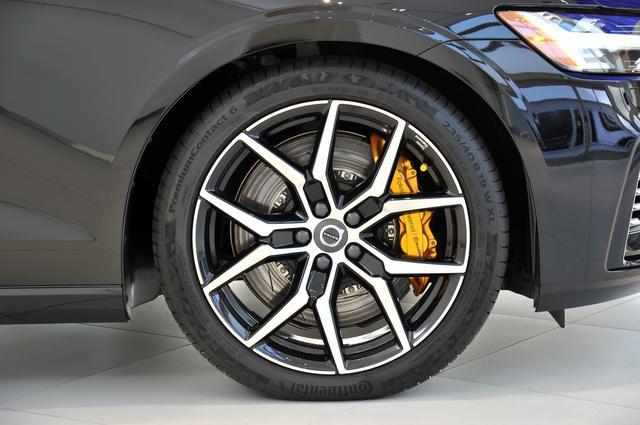 画像: ブレーキはブレンボ製、ショックアブシーバーはオーリオンズ製を装着する。これがポールスターの証となる。