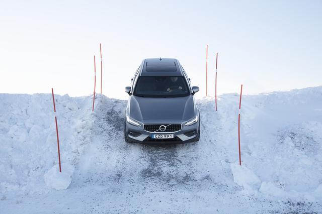 画像: こうした急坂、路面は雪という状態でもヒルディセントコントロールで自動制御して安心して走ることが可能だ。