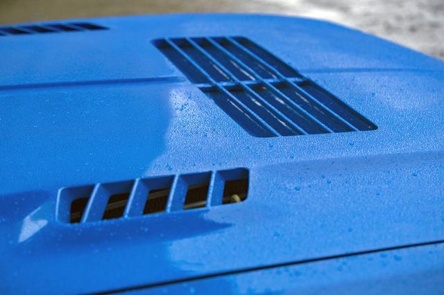 画像: 熱対策のためにボンネットには多くのルーバーが切られている。